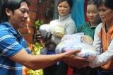 Nhóm Trăng Khuyết tặng 70 phần quà cho người nghèo TX. Thuận An