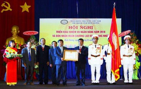 Ngân hàng Nhà nước Chi nhánh Bình Dương đón nhận Huân chương Lao động hạng nhất