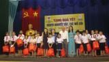 400 trẻ mồ côi, người khuyết tật được trao tặng quà tết
