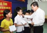 Lãnh đạo tỉnh thăm, tặng quà gia đình chính sách, hộ nghèo TX.Thuận An