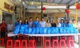 Ngân hàng Eximbank chi nhánh Bình Dương: Tặng 40 phần quà cho trẻ mồ côi, người già neo đơn