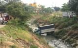 Xe tải lao xuống kênh, tài xế đạp cửa thoát chết