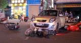 Ô tô 4 chỗ đụng hàng loạt xe máy trên Đại lộ Bình Dương
