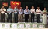 平阳省工作团结束对长沙岛县和DK1/19海上高脚屋看望慰问
