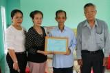Một hộ nghèo ở phường An Thạnh được trao nhà tình thương