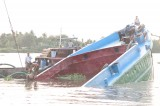 Chìm sà lan chở cát, 3 người may mắn thoát nạn
