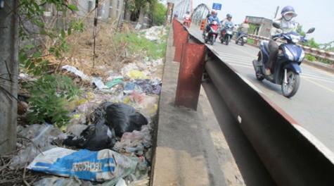 Chân cầu thành bãi rác