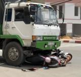 Xe tải tông 2 xe máy đang dừng chờ đèn đỏ, 2 người bị thương nặng