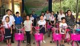 Trung tâm Hỗ trợ Thanh niên công nhân và Lao động trẻ tỉnh: Phối hợp trao quà, học bổng cho học sinh vượt khó học tốt