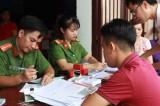 Hơn 300 người dân được khám phát thuốc miễn phí và đổi chứng minh nhân dân