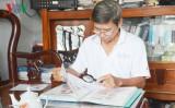 Vietnamese farmer promotes Hoang Sa, Truong Sa archipelago stamps to world public