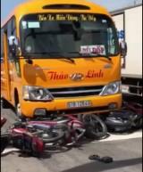 Xe khách tông hàng loạt xe máy dừng chờ đèn đỏ