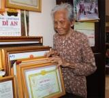 Người cao tuổi thích làm từ thiện