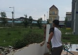 Phường Phú Hòa, TP.Thủ Dầu Một: Người dân tự nguyện tháo dỡ phần lấn chiếm lối thoát hiểm trong khu dân cư