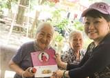 Nghệ sĩ Hương Lan thăm, tặng quà cho các nghệ sĩ viện dưỡng lão