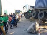 Xe container mất lái húc văng nhiều mét dải phân cách trên đường
