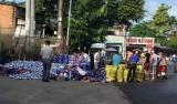 Người dân gom bia giúp tài xế lái xe tải sau tai nạn
