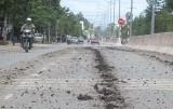 Đất rơi đầy đường!