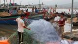 台风过后义安省渔民准备渔具出海捕捞