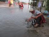 """Sau cơn mưa chiều 5-8, nhiều tuyến đường thành """"sông"""""""
