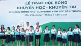 Vietcombank Bắc Bình Dương trao 220 suất học bổng cho học sinh hiếu học