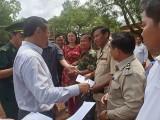 Trao tặng 300 phần quà cho học sinh nghèo Campuchia
