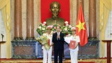 越南国家主席陈大光授予最高人民法院副院长任命书