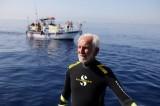 Cụ ông lập kỷ lục thợ lặn già nhất thế giới ở tuổi 95