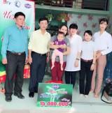 Quỹ Bảo trợ trẻ em tỉnh: Trao tiền và quà hỗ trợ cho một hoàn cảnh khó khăn