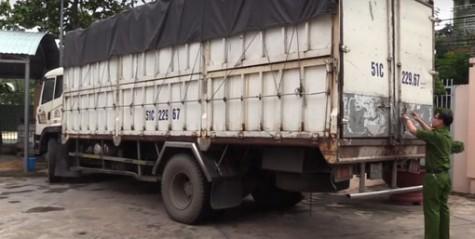 Bắt quả tang xe tải đổ trộm nước thải công nghiệp ra môi trường