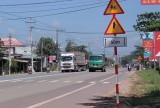 Xe ben phóng nhanh, vượt ẩu trên đường ĐT747, gây nguy hiểm cho người đi đường