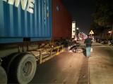 Xe container chạy lấn làn cán chết người