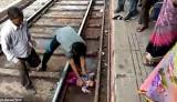 Bé gái rơi xuống gầm tàu hoả thoát chết kỳ diệu