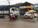 Xe máy tông xe tải trong mưa, 1 người chết