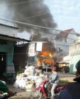 Xe tải chở hàng tự dưng bốc cháy!
