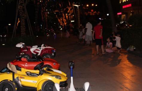 Phố đêm Bạch Đằng thu hút nhiều người đến vui chơi