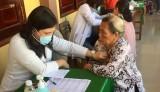 Bếp cơm từ thiện Sen Vàng: Khám bệnh, tặng quà cho 200 người nghèo