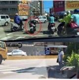 """Chờ đèn đỏ, để xe dưới đường chạy lên vỉa hè tránh """"xe điên"""": Gây cản trở giao thông, nguy hiểm cho chính bản thân người đi xe"""