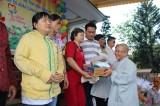 Tặng quà tết cho người mù, trẻ em lang thang