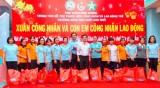Trung tâm hỗ trợ thanh niên công nhân và lao động trẻ tỉnh: Tặng quà tết cho thanh niên công nhân lao động khó khăn