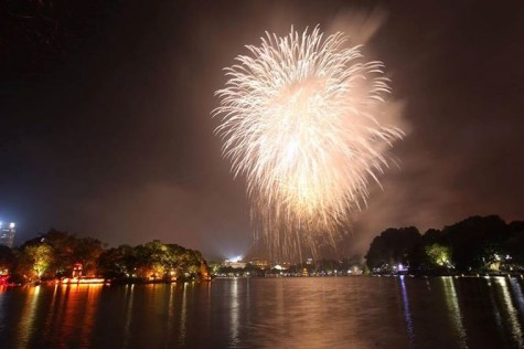 Pháo hoa rực sáng bầu trời chào đón năm mới Kỷ Hợi