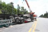 Rơi thùng container, hai người đi taxi may mắn thoát nạn