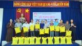 Ủy ban MTTQ Việt Nam TX. Thuận An tặng quà cho hộ nghèo