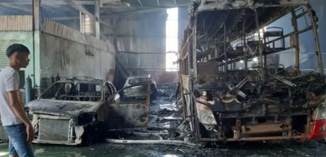 Cháy garage, 5 ô tô tiền tỷ bị lửa thiêu rụi
