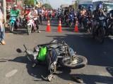 Xe tải tông xe máy dừng đèn đỏ, hai vợ chồng nguy kịch
