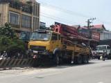 Xe phun bê tông mất lái lao lên dải phân cách, nhiều người thoát nạn