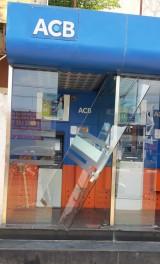 Cửa trụ ATM nghiêng ngả, người đi rút tiền lo lắng!