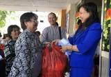 Ủy ban Mặt trận Tổ quốc Việt Nam TX.Thuận An tặng quà cho hộ nghèo