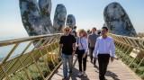 英国亿万富翁在巴拿山上漫步并观光金桥