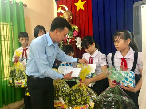 Tặng học bổng cho 15 học sinh nghèo vượt khó